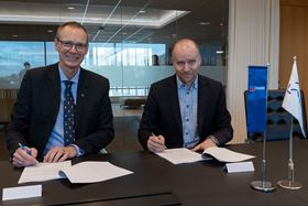 Signing the contract Trond Petter Abrahamsen, director, Framo Services (left) and Kjetel Digre, head of operations and field development, Aker BP (right). Photo: Lars Petter Larsen/Framo.